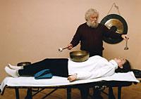 Peter Hess gibt eine Klangmassage.
